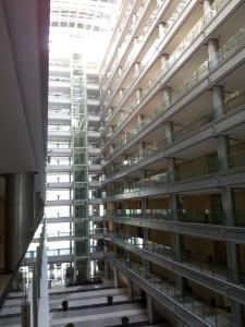 Het kantorencomplex, gezien vanaf de gallerij van de vijfde verdieping.
