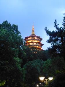 De Leifeng-pagoda duikt op tussen de bomen.