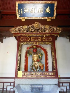 Het beeld in de poort van de taoïstische tempel op de top van de Jaden-Keizer-Heuvel.