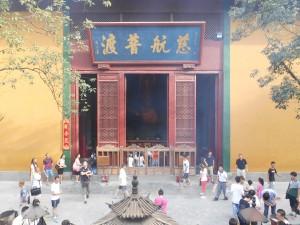 Drukte bij de achterkant van een tempelgebouw op het terrein van de Linyinsi.